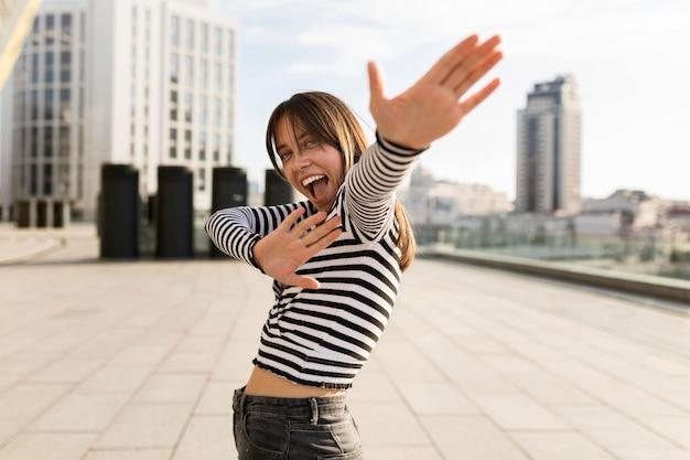 Średnio strzał uśmiechnięta kobieta zabawy na świeżym powietrzu