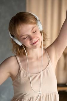 Średnio strzał uśmiechnięta kobieta ze słuchawkami