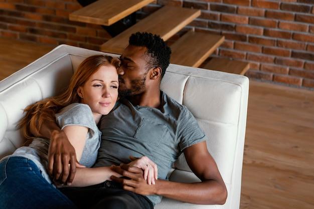Średnio strzał uśmiechnięta para na kanapie