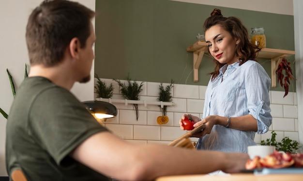 Średnio strzał uśmiechnięta para w kuchni