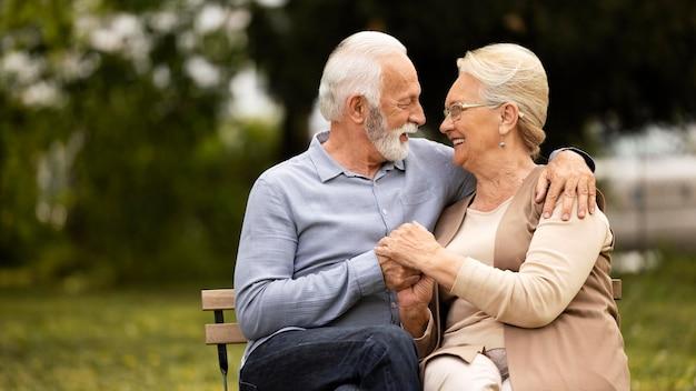 Średnio strzał uśmiechnięta para