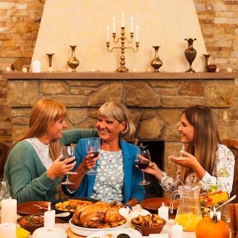 Średnio strzał uśmiechnięte kobiety opiekujące się tostami