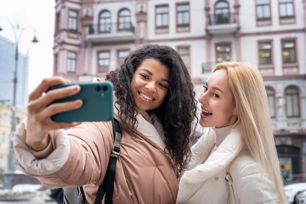 Średnio strzał uśmiechnięte kobiety przy selfie