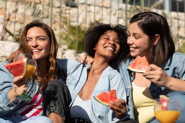 Średnio strzał uśmiechnięte kobiety z arbuzem