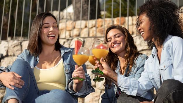 Średnio strzał uśmiechnięte kobiety z napojami