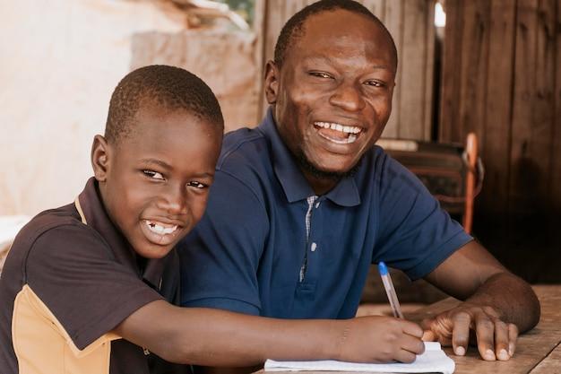 Średnio strzał uśmiechniętego ojca i dziecka
