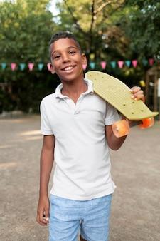 Średnio strzał uśmiechnięty chłopiec trzymający tablicę grosza