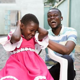 Średnio strzał uśmiechnięty dzieciak i mężczyzna