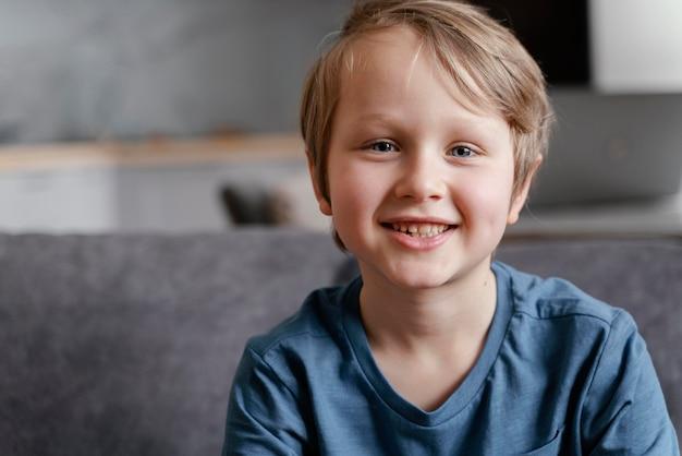 Średnio Strzał Uśmiechnięty Dzieciak W Domu Darmowe Zdjęcia