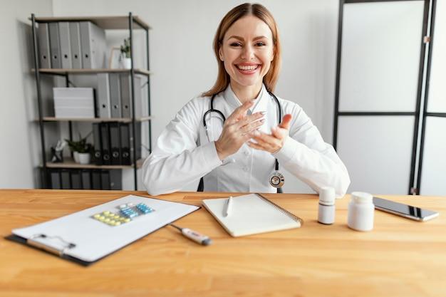 Średnio strzał uśmiechnięty lekarz w pracy