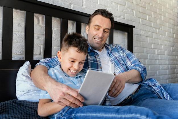 Średnio strzał uśmiechnięty mężczyzna i dziecko