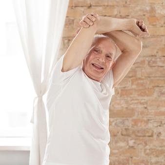 Średnio strzał uśmiechnięty starszy mężczyzna