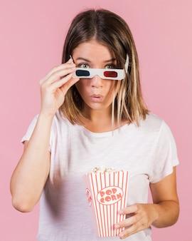 Średnio strzał zaskoczona dziewczyna z popcornem