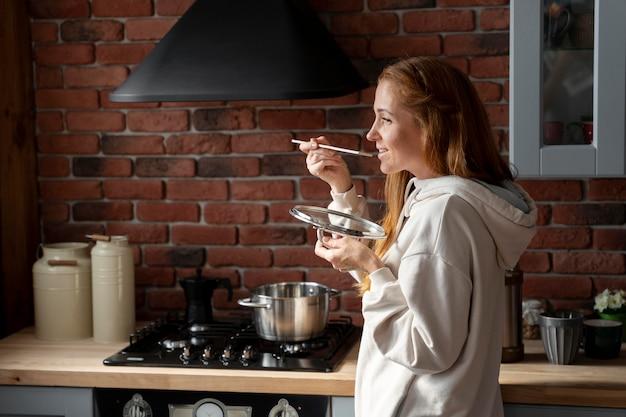 Średnio strzałowa buźka gotująca kobieta
