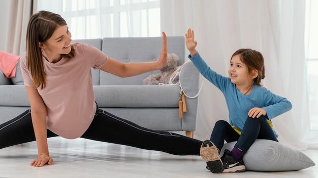 Średnio strzałowa dziewczyna i trening matki