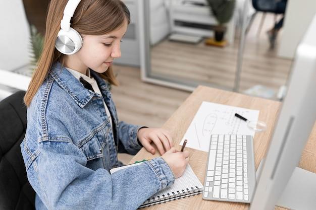 Średnio strzałowa dziewczyna robi notatki