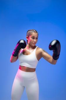 Średnio strzałowa kobieta trenująca w rękawiczkach