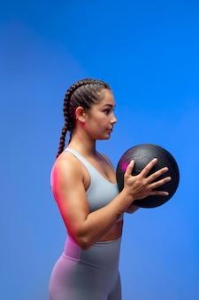 Średnio strzałowa kobieta trzymająca piłkę