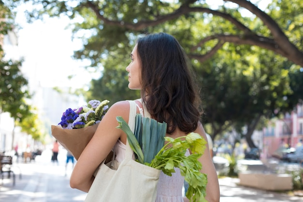 Średnio strzałowa kobieta z ekologiczną torbą