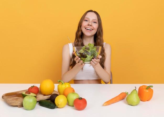 Średnio strzałowa kobieta ze zdrową żywnością
