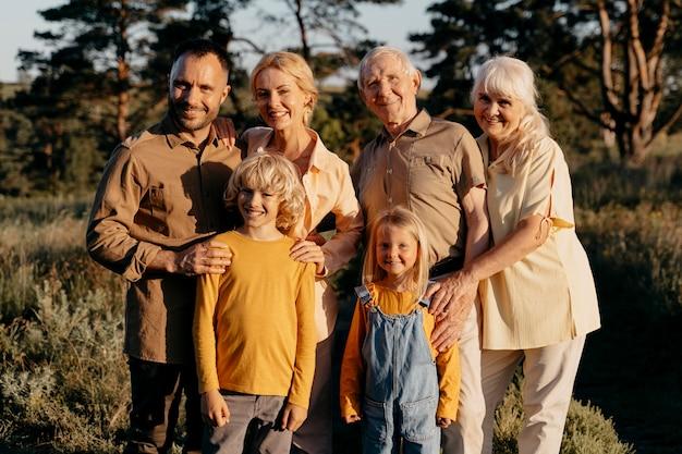 Średnio strzałowa rodzina pozuje razem