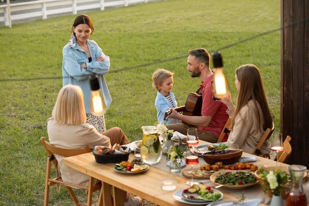 Średnio strzałowa rodzina siedząca przy stole