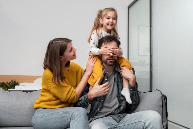 Średnio strzałowa rodzina w domu