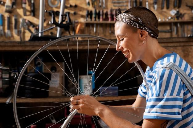Średnio strzałowa uśmiechnięta kobieta pracująca