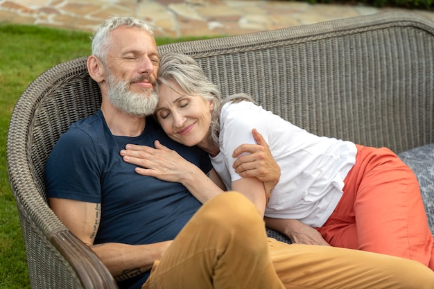 Średnio strzałowa uśmiechnięta para starszych