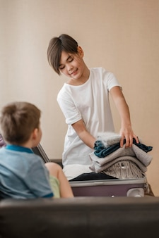 Średnio strzałowe dzieciaki ze złożonymi ubraniami