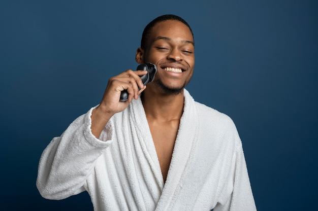 Średnio strzałowe golenie mężczyzny