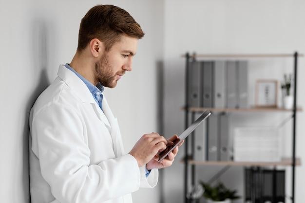 Średnio strzałowe urządzenie trzymające lekarza