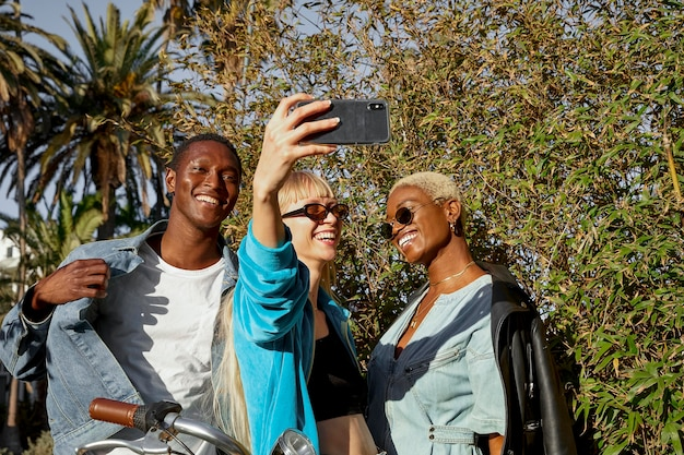 Średnio strzałowi przyjaciele robią selfie
