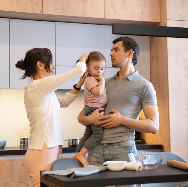 Średnio strzałowi rodzice i dziecko