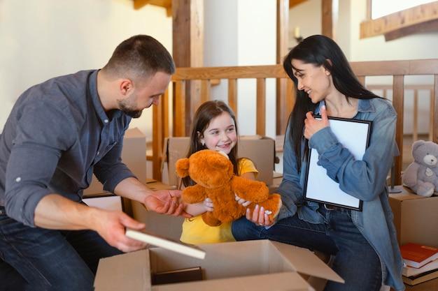 Średnio strzałowi rodzice pakują przedmioty