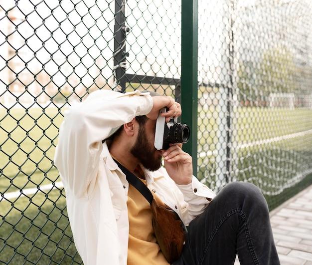 Średnio strzałowy chłopiec robiąc zdjęcia