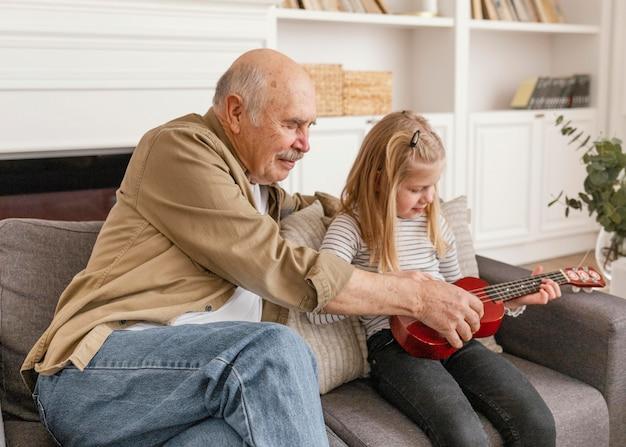 Średnio strzałowy dziadek i dziewczynka