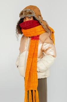 Średnio strzałowy dzieciak w ciepłym ubraniu