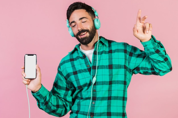 Średnio strzałowy facet cieszący się muzyką