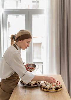 Średnio strzałowy kucharz z truskawkami
