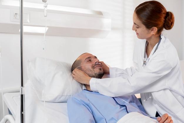 Średnio strzałowy lekarz pomagający pacjentowi