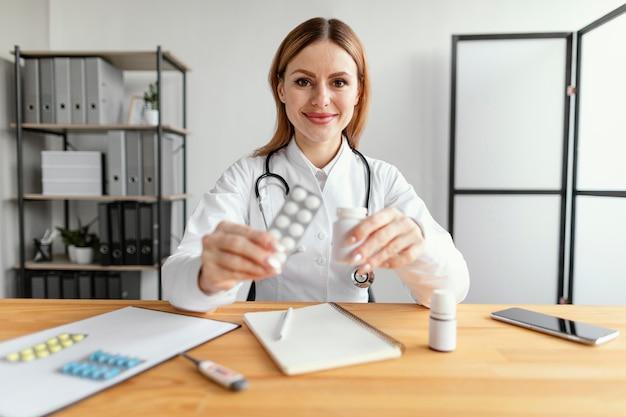 Średnio strzałowy lekarz przy pracy