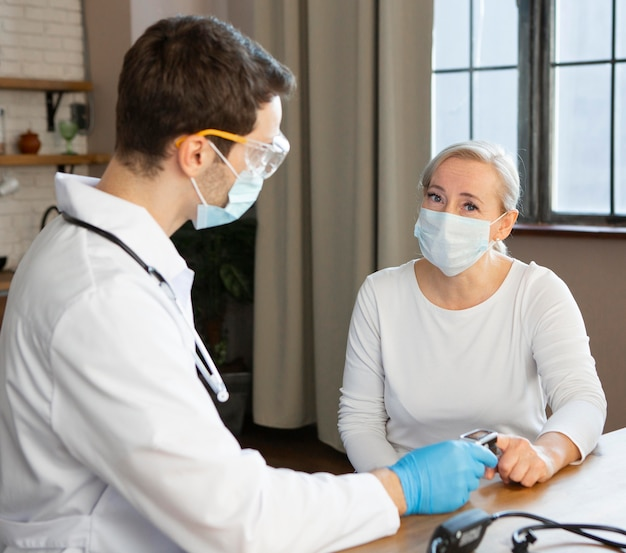 Średnio strzałowy lekarz sprawdzający pacjenta