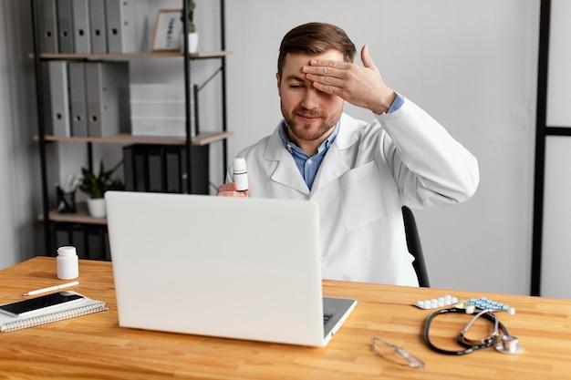 Średnio strzałowy lekarz sprawdzający temperaturę
