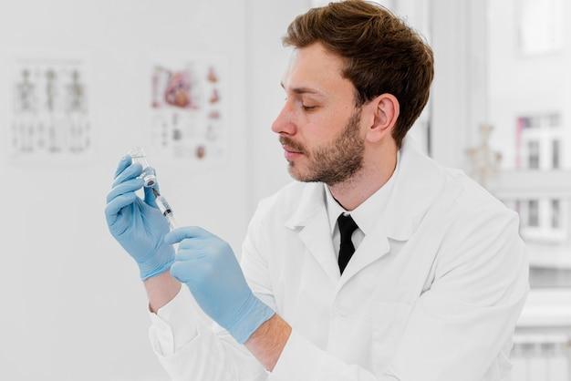 Średnio Strzałowy Lekarz Trzymający Fiolkę Darmowe Zdjęcia