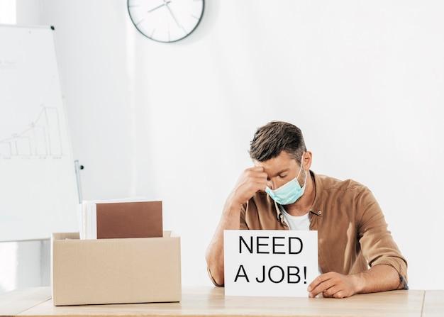 Średnio strzałowy mężczyzna potrzebuje pracy