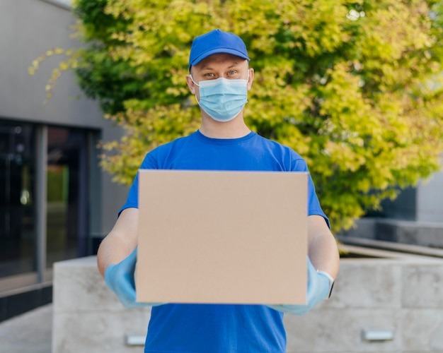 Średnio strzałowy mężczyzna trzyma pudełko