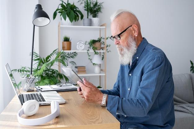 Średnio strzałowy mężczyzna uczący się z urządzeniami