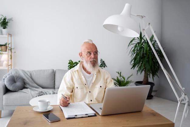Średnio strzałowy mężczyzna uczący się z urządzeniem