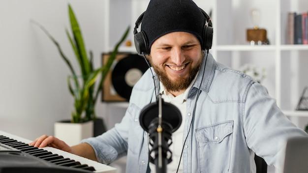 Średnio strzałowy mężczyzna z mikrofonem